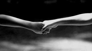 Zwei Hände als Zeichen von Zusammenhalt